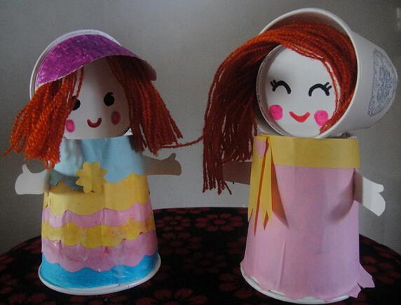 如给娃娃穿裙披纱,用黑毛线做娃娃的头发或者辫子,可以尽情想像.