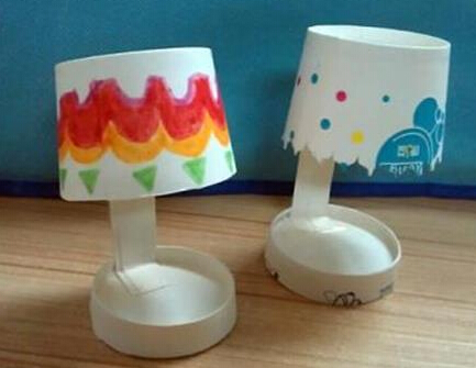 一次性奶茶纸杯制作台灯步骤如下: 把两个纸杯进行修剪,一个剪一半